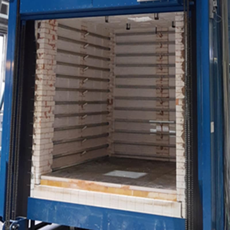 This Fornax T 8000HT oven is a high-temperature oven for heat treatment of steel parts up to 1000°C. The oven has a vertical lift door.